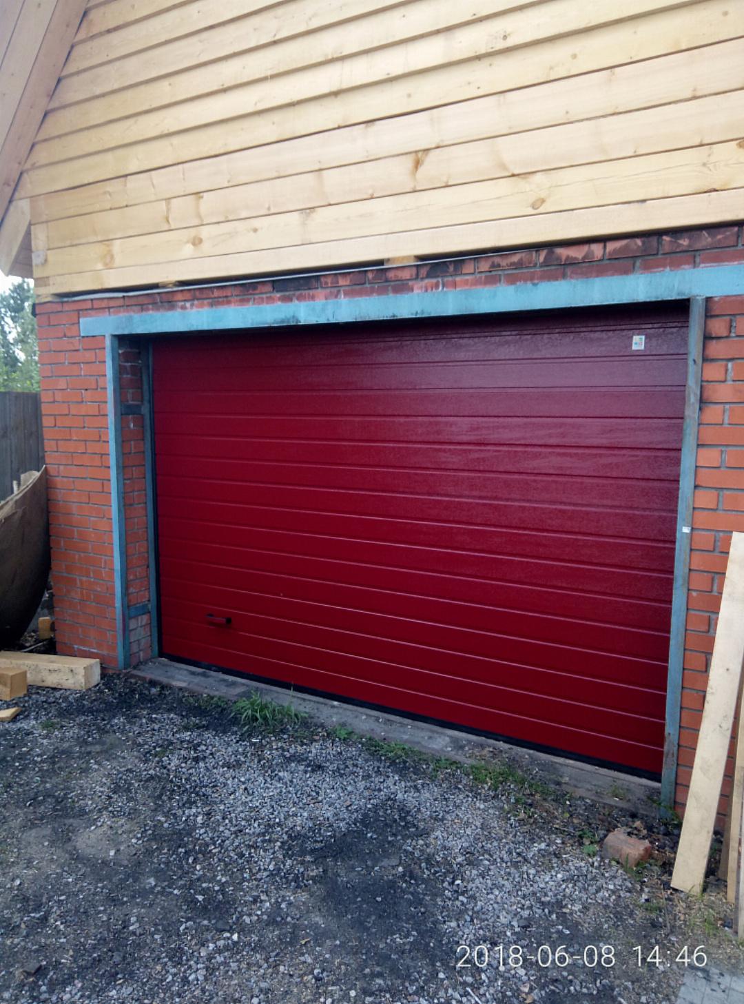 Секционные ворота серии Trend установленные в частном гараже